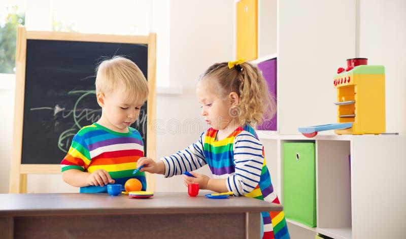 使用与玩具的小孩在幼儿园 免版税库存照片