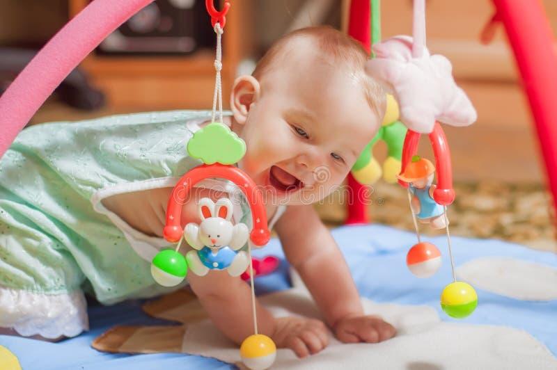 使用与玩具的小婴孩 免版税库存图片