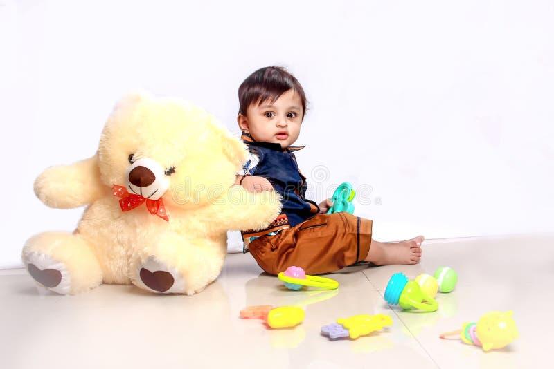 使用与玩具的逗人喜爱的印度小孩子 免版税库存照片