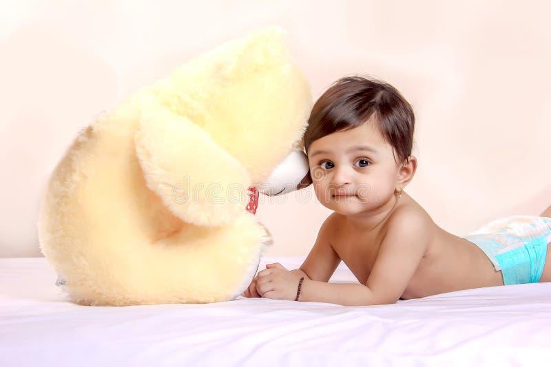 使用与玩具的逗人喜爱的印度小孩子 免版税库存图片