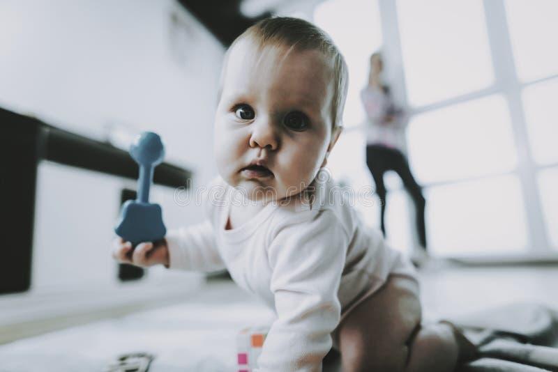 使用与玩具的逗人喜爱的婴孩画象户内 免版税库存照片