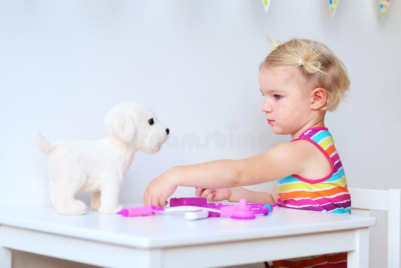 使用与玩具的逗人喜爱的小孩女孩 图库摄影