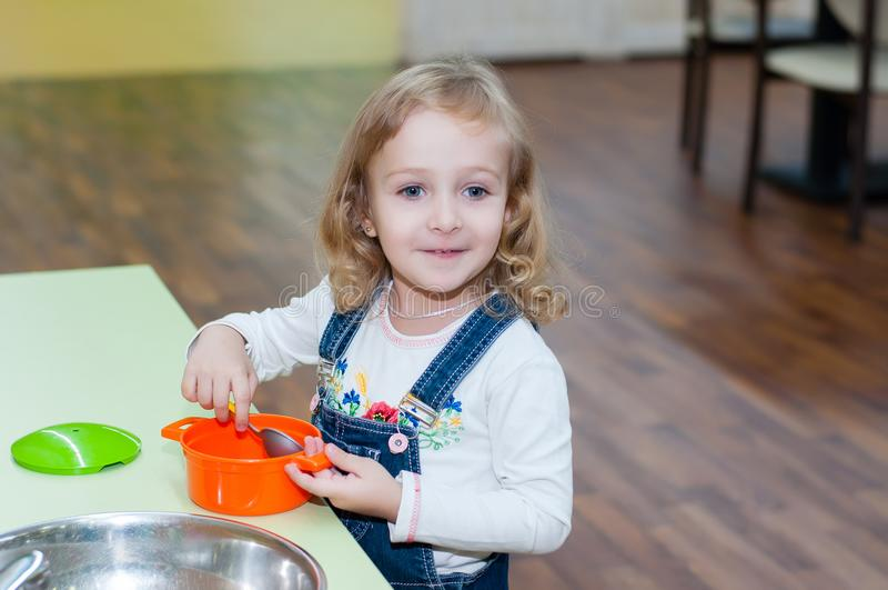 使用与玩具盘的女孩 库存图片