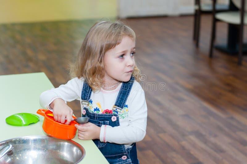 使用与玩具盘的女孩 免版税库存图片
