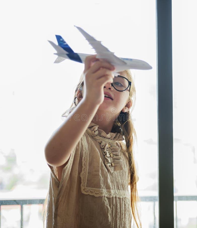 使用与玩具飞机的小女孩 库存照片