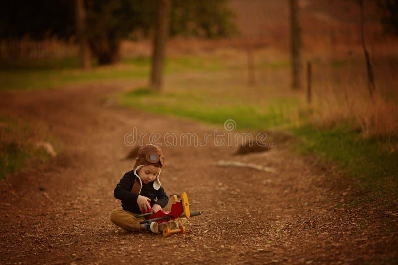 使用与玩具飞机的小男孩 库存图片