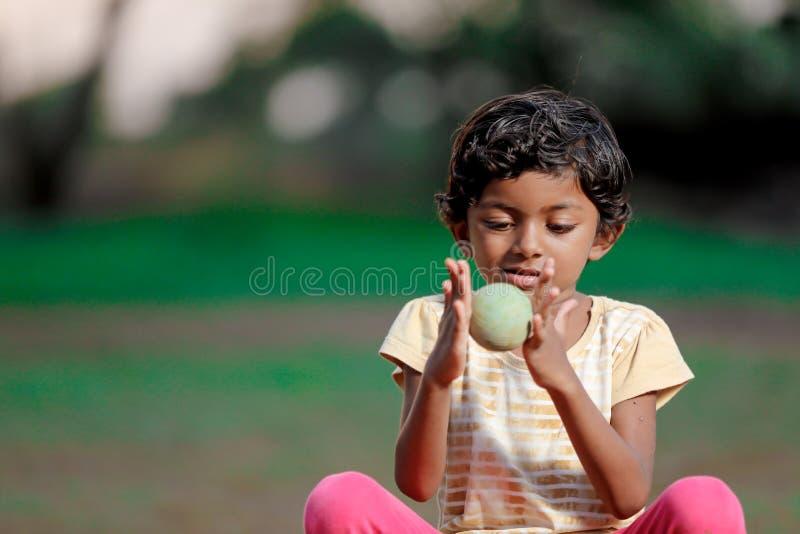 使用与球的印度女孩孩子 免版税库存照片