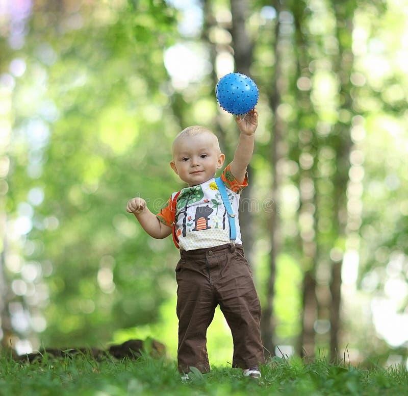 使用与球的孩子在公园 免版税库存图片