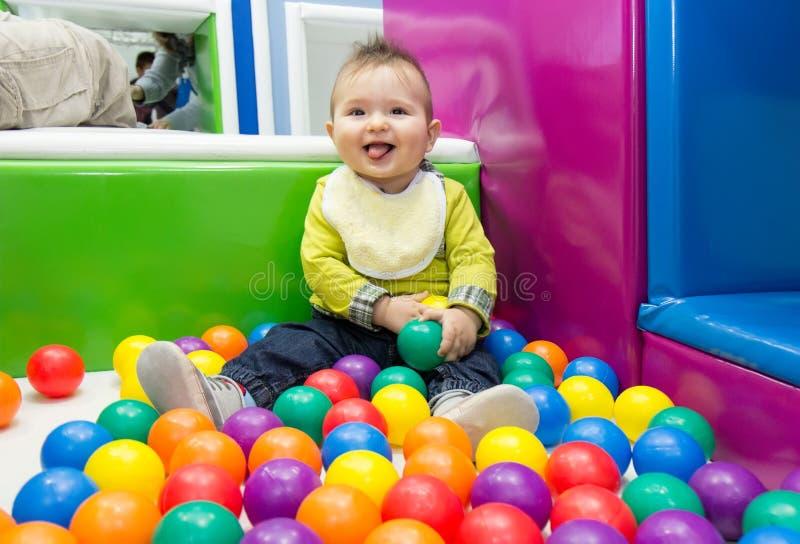 使用与球的小男孩 图库摄影