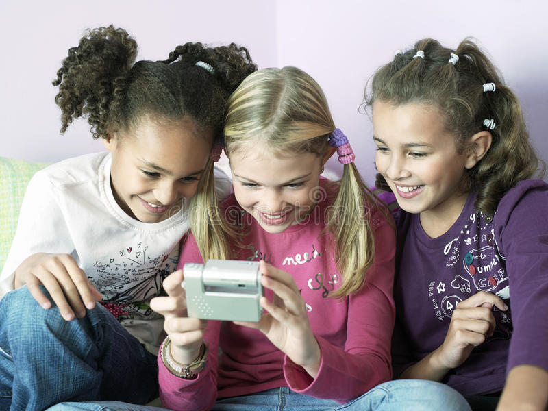 使用与电子小配件的女孩 库存图片