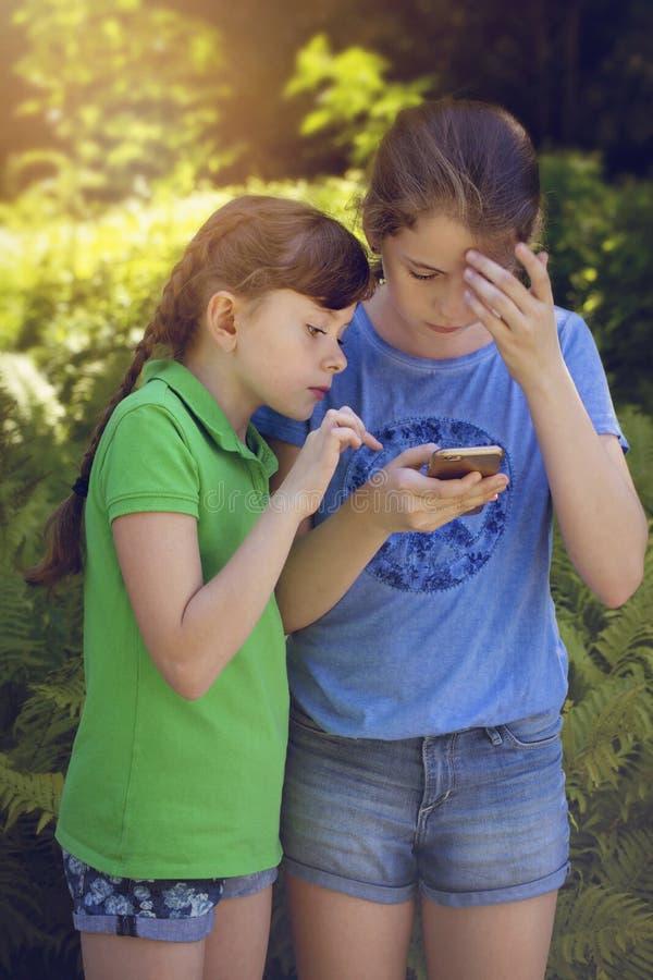 使用与电话的小女孩 免版税库存照片