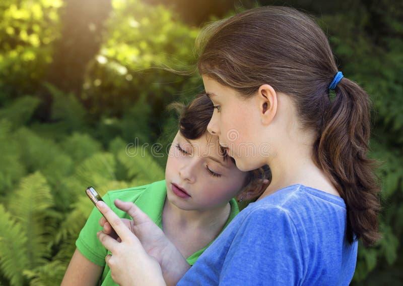 使用与电话的小女孩 免版税图库摄影