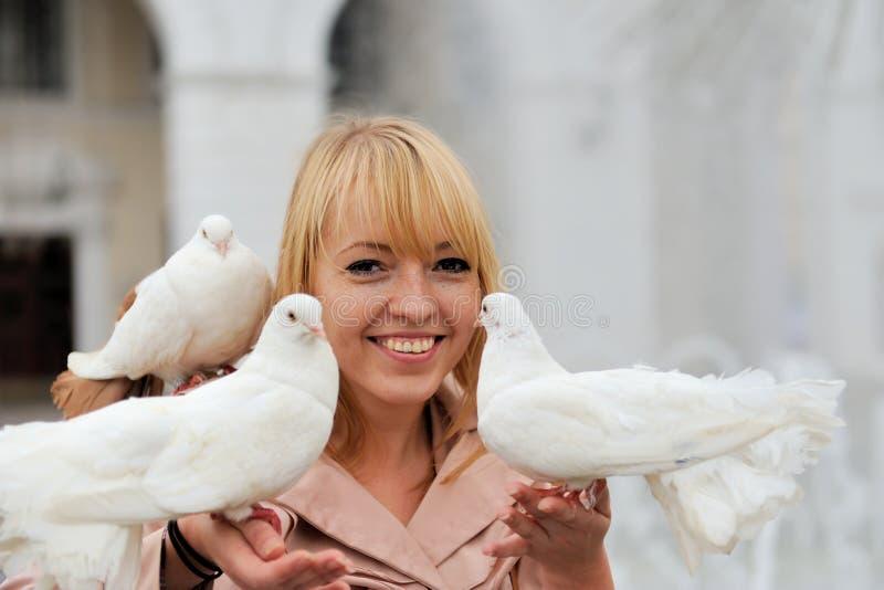 使用与白色鸽子的妇女 免版税库存图片