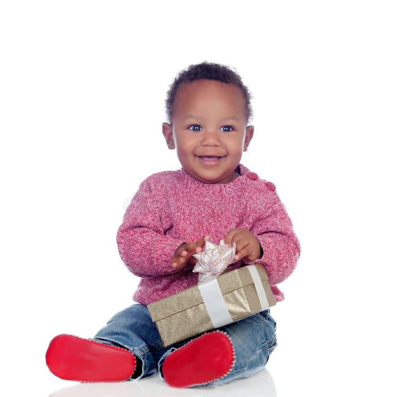 使用与礼物盒的可爱的非裔美国人的孩子 免版税图库摄影