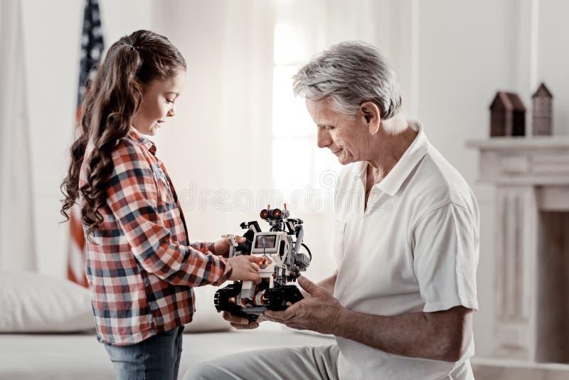 使用与祖父的可爱的深色的女孩 库存图片