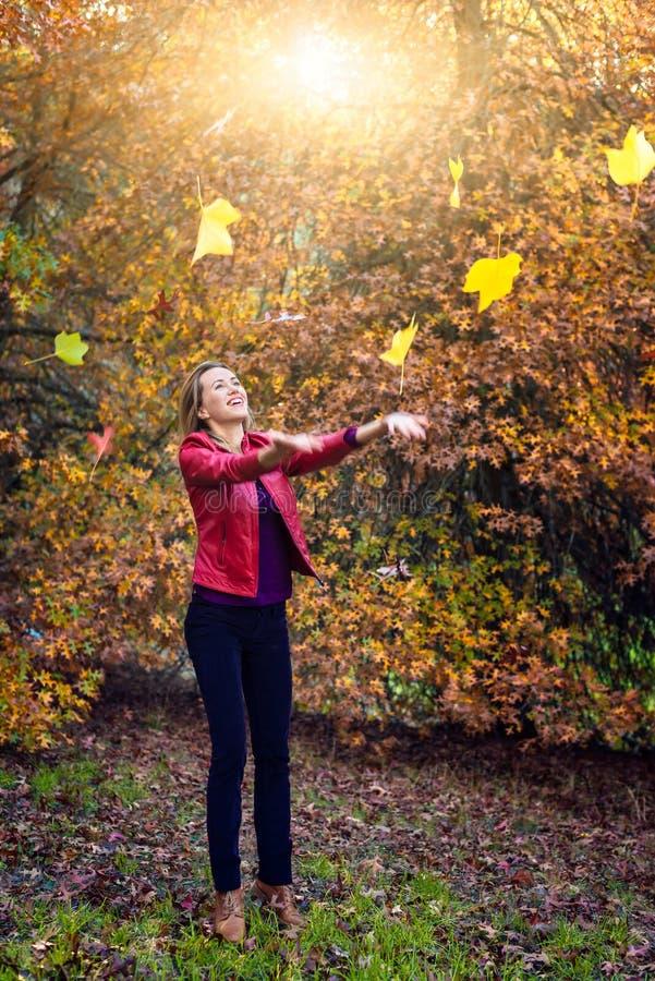 使用与秋叶的愉快的少妇 库存照片