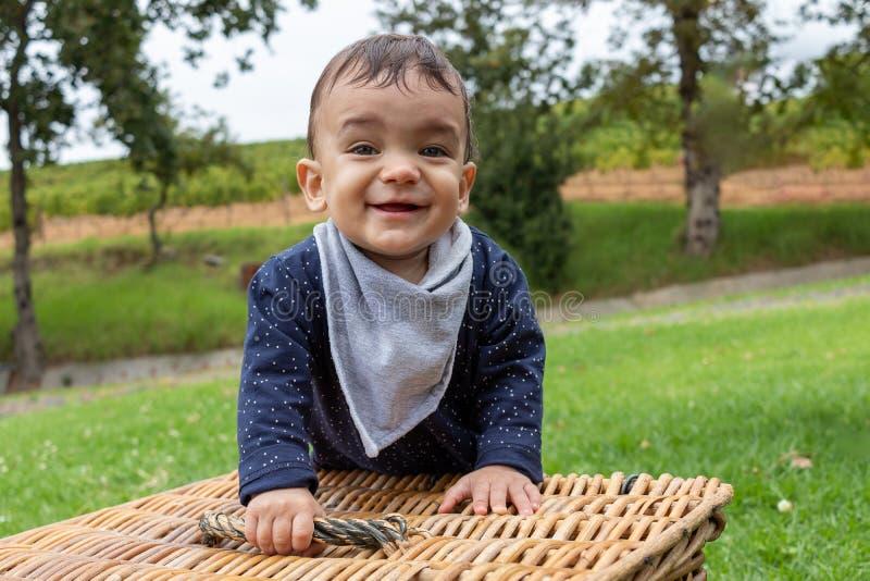 使用与积木和卡车的男婴在微笑白backgroundbaby的男孩拿着野餐篮子 库存图片