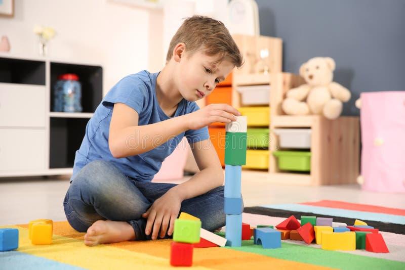 使用与立方体的小自我中心男孩 免版税库存图片