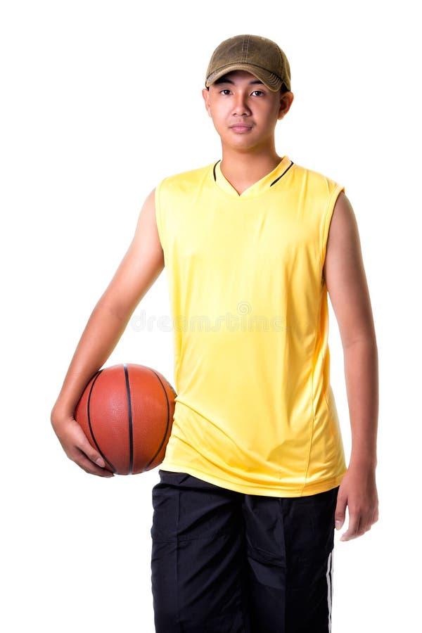 使用与篮子球的少年男孩 免版税库存照片