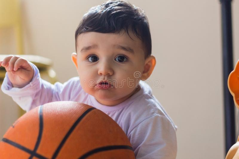 使用与篮子球的男婴 免版税库存照片