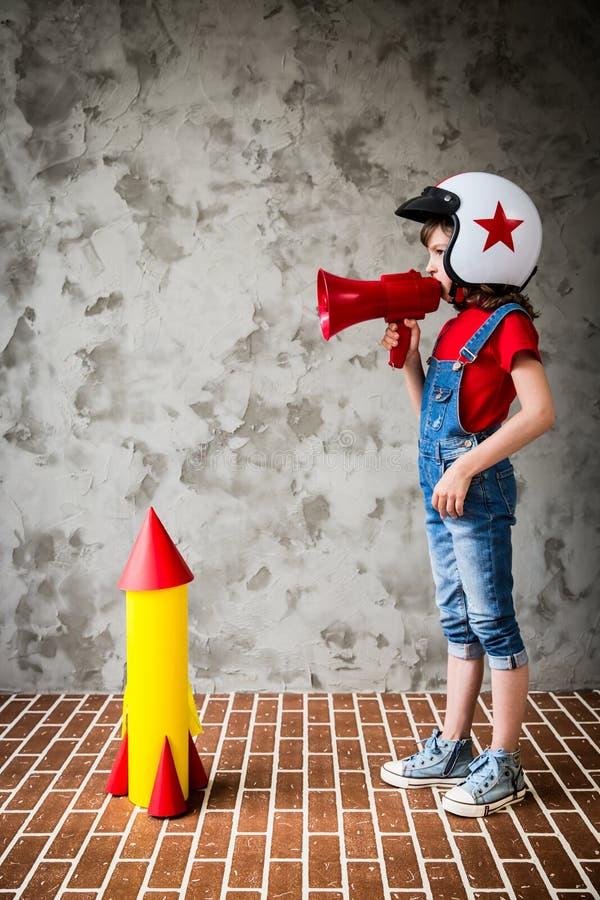 使用与纸板火箭的孩子 免版税图库摄影