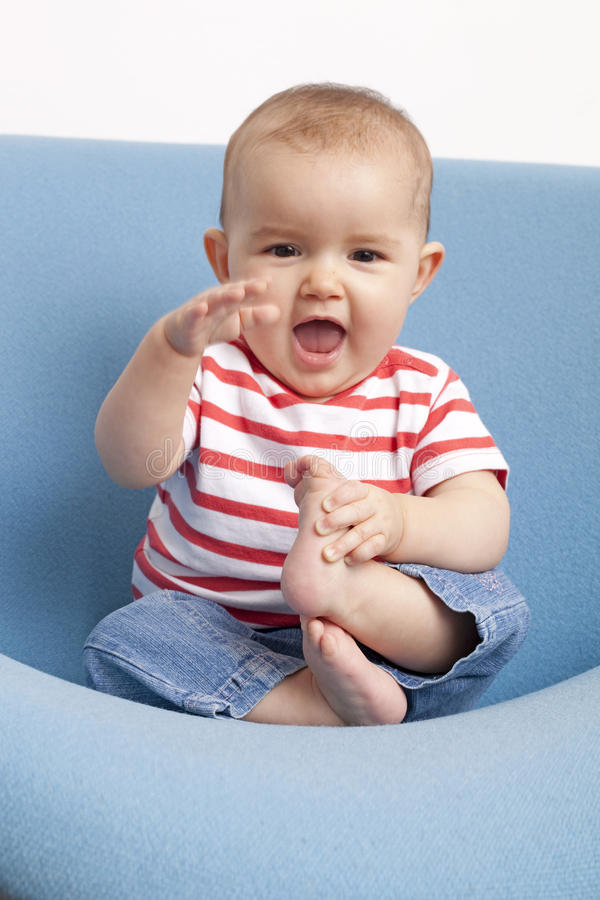使用与脚的八个月的老婴孩 库存照片