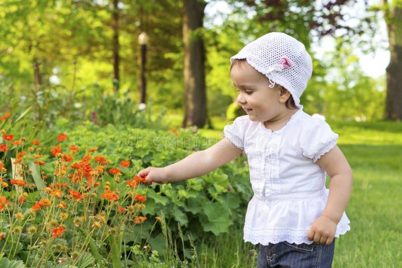 使用与花的小女孩 库存图片