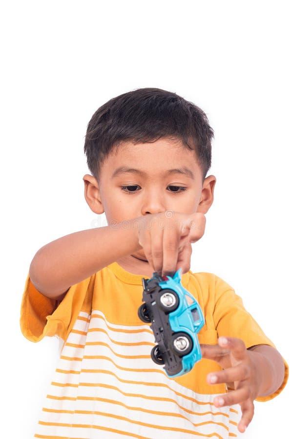 使用与蓝色加州的小亚裔男孩儿童孩子学龄前儿童 免版税库存照片