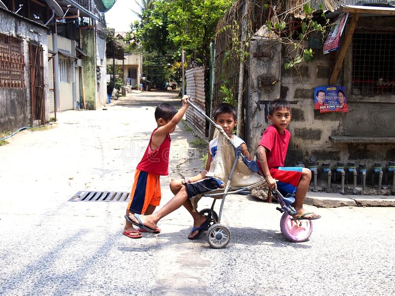 使用与被即兴创作的乘驾的三个年轻男孩 库存照片