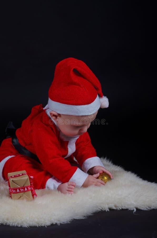 使用与装饰品的圣诞节婴孩 免版税库存照片