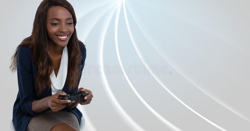 使用与计算机游戏控制器的女实业家有明亮的弯曲的背景 免版税库存图片