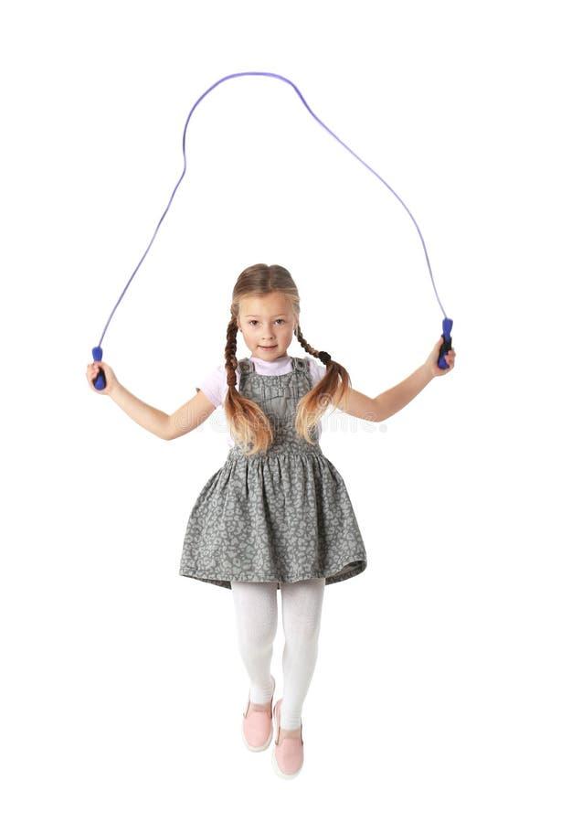 使用与跳绳的逗人喜爱的小女孩 免版税库存图片