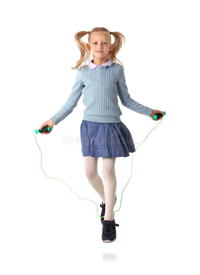 使用与跳绳的逗人喜爱的小女孩 库存图片