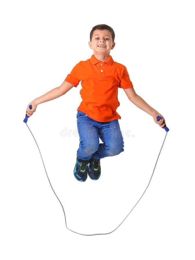 使用与跳绳的逗人喜爱的小男孩 免版税库存照片