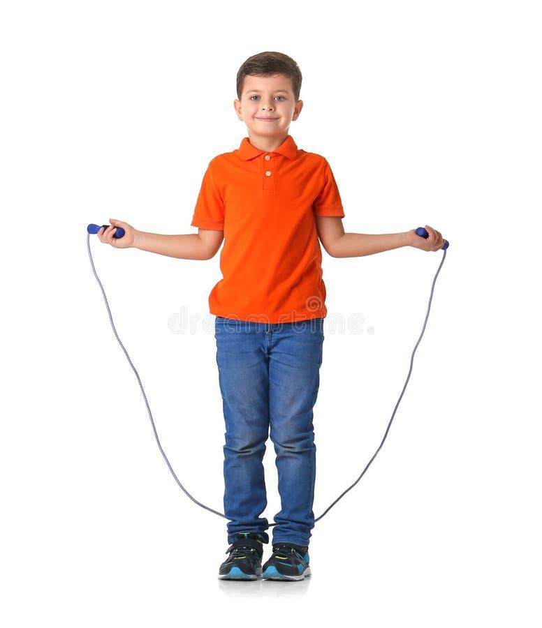 使用与跳绳的逗人喜爱的小男孩 免版税库存图片