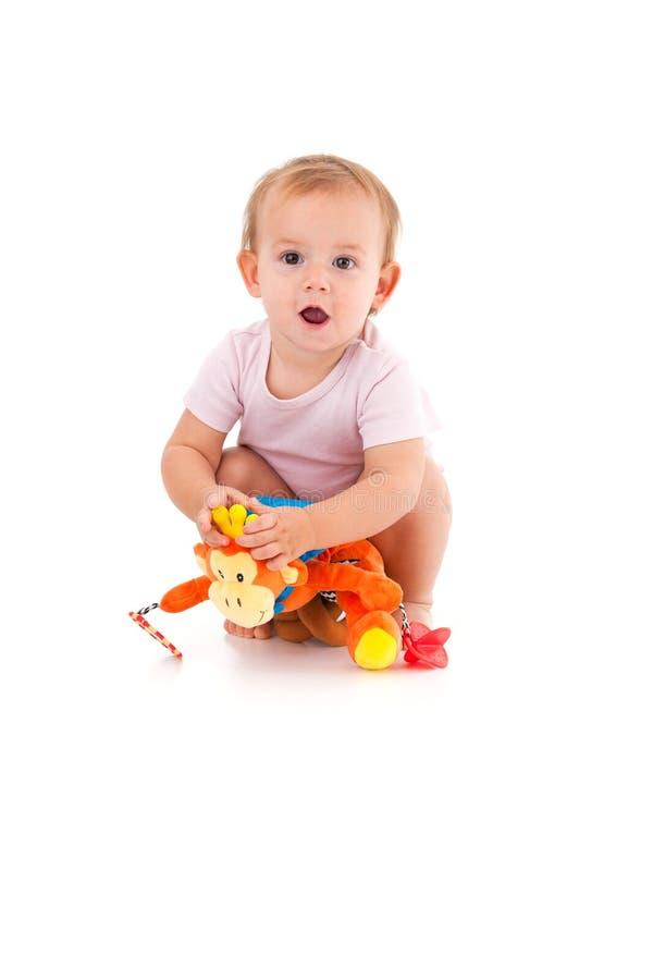 使用与软的玩具的逗人喜爱的女婴 免版税图库摄影
