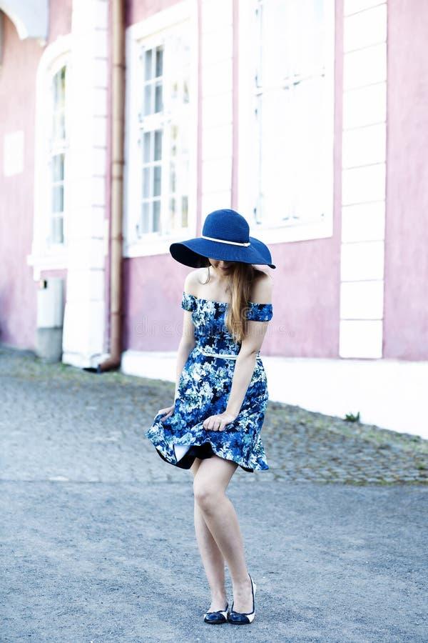 使用与逗人喜爱的女孩的礼服的风 免版税图库摄影