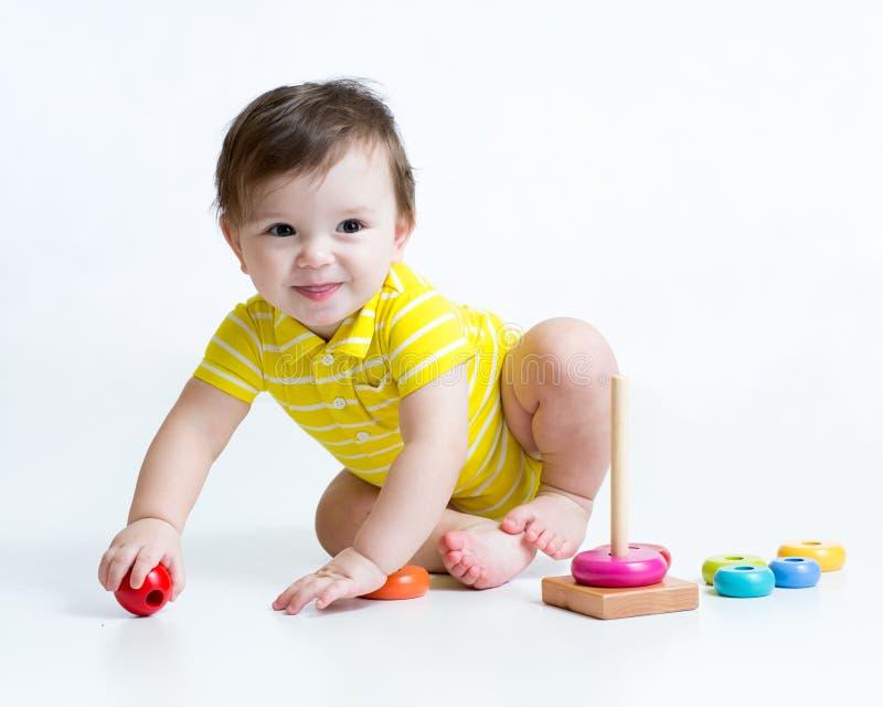 使用与金字塔玩具的男婴 库存照片