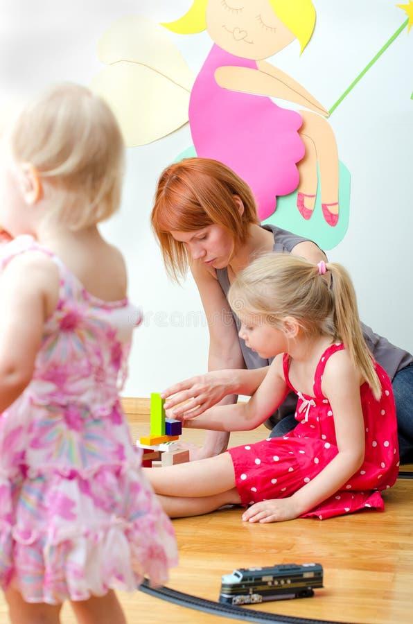 小女孩和她母亲使用 免版税库存图片