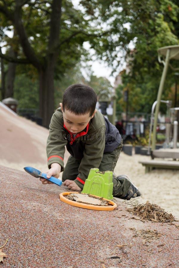 使用与铁锹和桶的男孩 免版税图库摄影