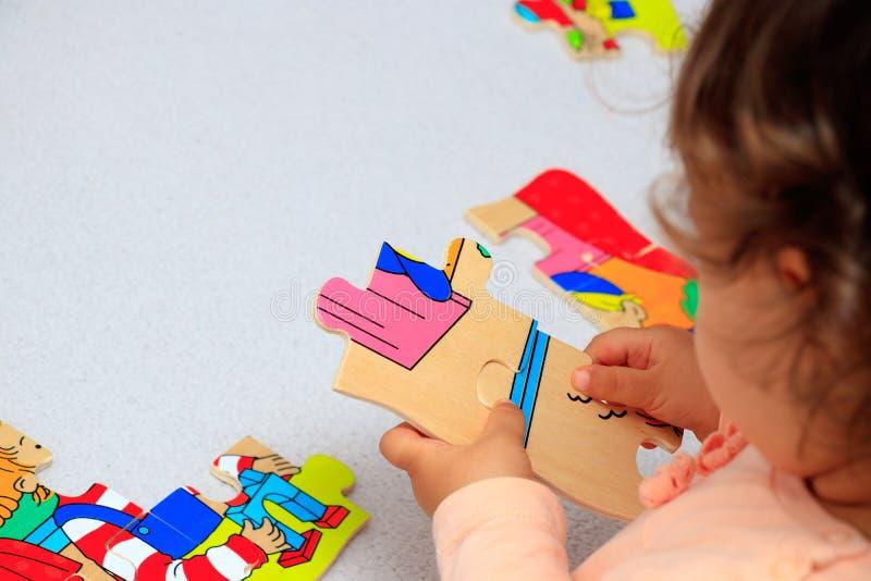 使用与难题,早期的教育的小女孩 免版税库存照片