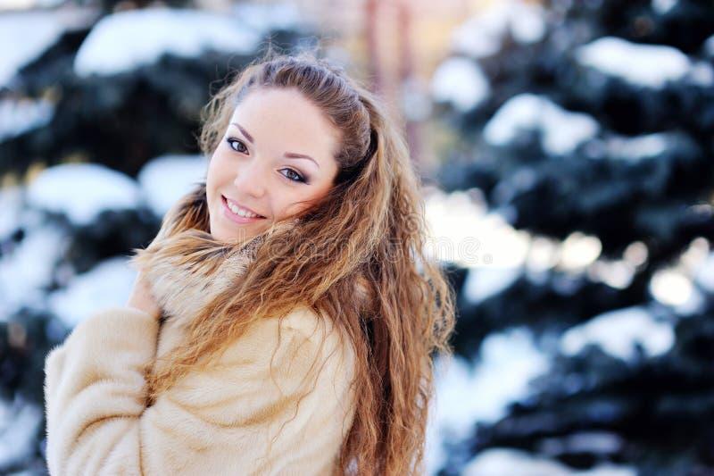 使用与雪的女孩在公园 免版税库存图片