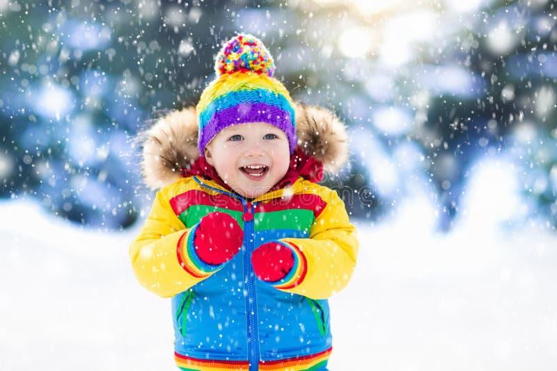 使用与雪的孩子在冬天 户外孩子 免版税图库摄影