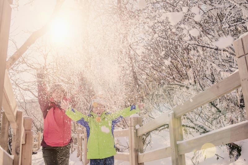 使用与雪的愉快的家庭 图库摄影