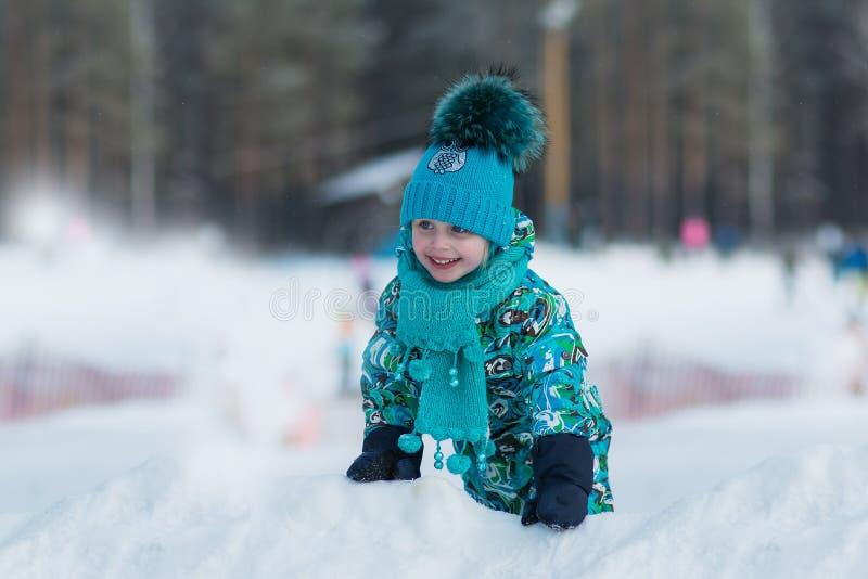 使用与雪的绿松石礼服的俏丽的女孩在冬日 库存照片