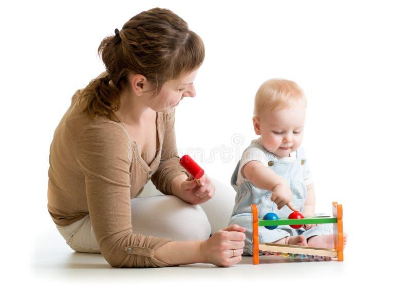 使用与音乐玩具的孩子和母亲 免版税库存图片