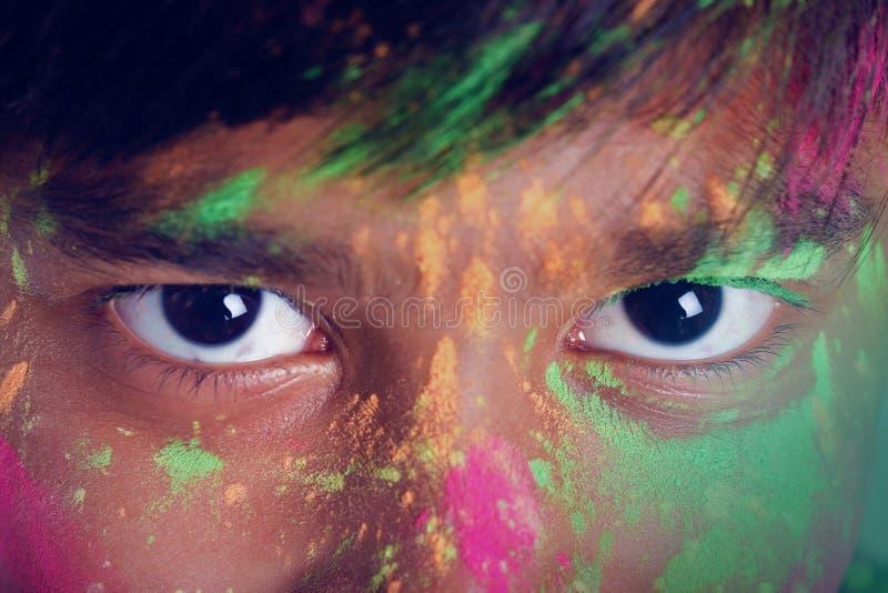 使用与颜色和给在holi节日的印度小男孩多个表示 免版税库存照片