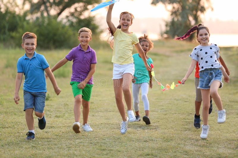 使用与风筝的逗人喜爱的小孩 库存图片