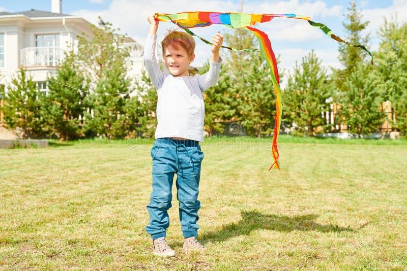 使用与风筝的逗人喜爱的男孩 免版税库存照片