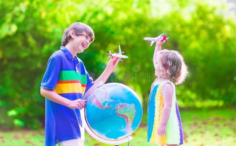 使用与飞机和地球的孩子 免版税库存照片
